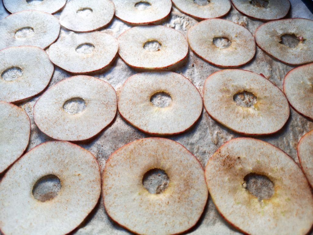 Äpfel für Apfelchips in dünne Scheiben schneiden